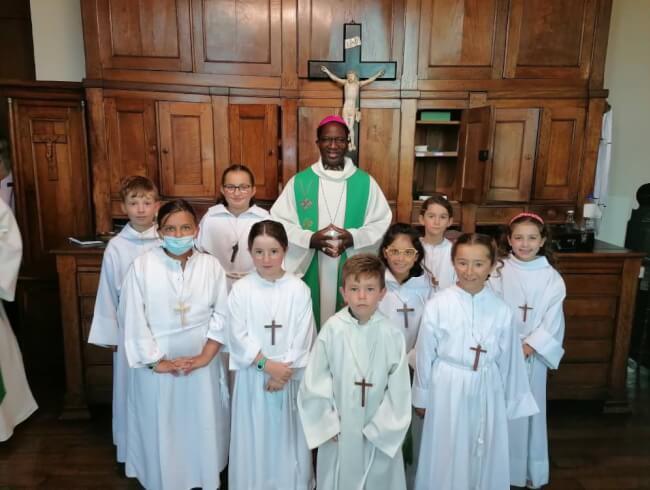 Mgr Lompo et les enfants de choeur